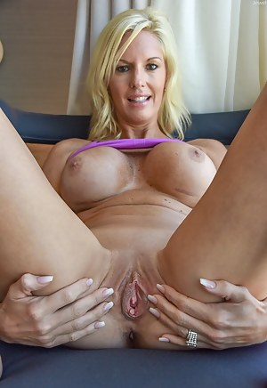 spreading milfs hot pussy nude